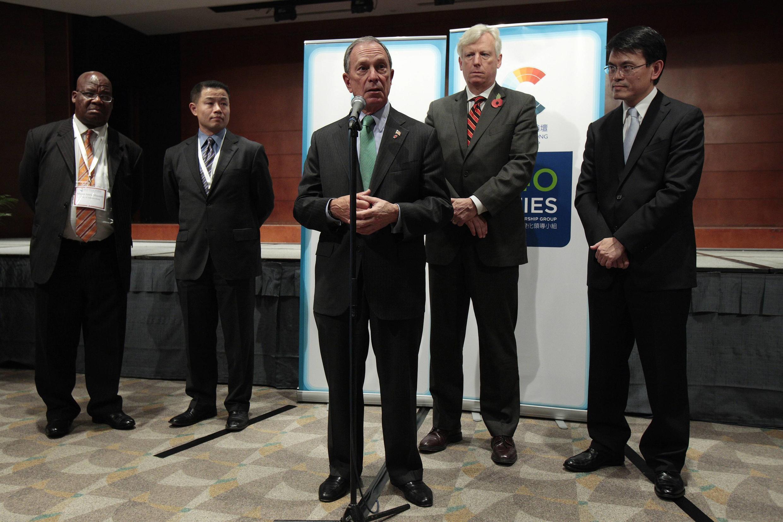 紐約市長彭博(中)、約翰內斯堡市長馬松多(左)和多倫多市長大衛·米勒( 右)2010年十一月五日在香港參加氣候變化工作會議。