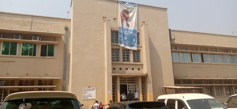 L'entrée du grand laboratoire de Lubumbashi qui teste au moins 300 échantillons par jour.