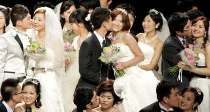 单身浪潮虽然已经出现,但对大多数人说结婚生子依然是人生大事,图为2010年5月11日,在上海世博会举办的集体婚礼.