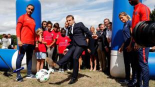 Tổng thống Pháp Macron cùng trẻ em ở trại tại Moisson. Ảnh 03/08/2017.