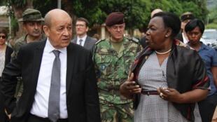 Министр обороны ЦАР Мари-Ноэль Койяра (справа) и глава МИД Франции Жан-Ив Ле Дриан. Ноябрь 2018 г.