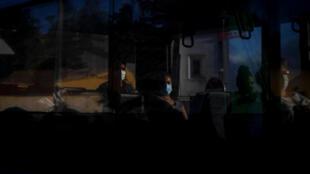 Unos pasajeros con mascarilla viajan en un autobús en Sacavem in Loures, a las afueras de Lisboa, el 30 de junio de 2020