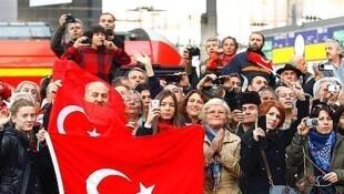 Plus de 3 millions de personnes d'origine turque vivent en Allemagne. En 2016, une envolée de demande d'asile de la part de Turcs a été enregistrée outre-Rhin.