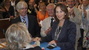 Сеголен Руаяль голосоует в Ла Рошели, 17 июня 2012 года