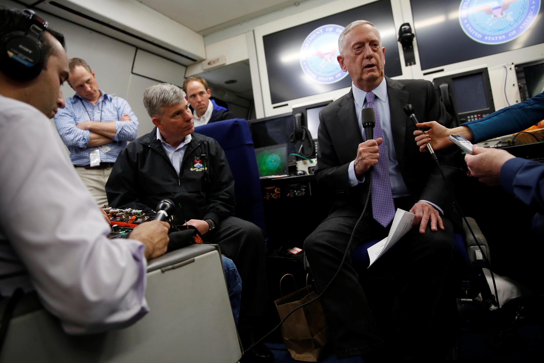 جیمز متیس وزیر دفاع آمریکا حین پرواز به سوی عربستان با خبرنگاران گفتگو کرد