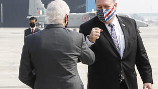 El secretario de Estado estadounidense, Mike Pompeo (dcha), con el embajador estadounidense en la India, Kenneth Juster, en el aeropuerto de Nueva Delhi, India,  el 26 de octubre de 2020