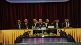 Ngọai trưởng Cam Bốt (G) chủ trì hội nghị các Ngoại trưởng ASEAN, Phnom Penh, 17/11/2012