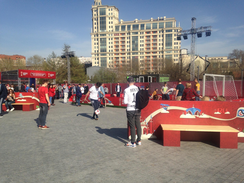 A un an de la Coupe du monde, les opérations séduction se multiplient. Ici au Muzeon Park de Moscou, une installation éphémère autour du football.