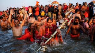 Baignade dans le Gange, lors du pélerinage de la Khumb Mela à Allahabad, le 15 janvier 2019.