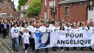 Centenas de pessoas participaram de uma marcha em Wambrechies, norte da França em memória de Angélique Six, estuprada e assassinada pelo vizinho, David Ramault.