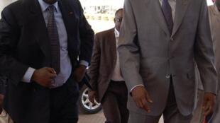 Le président ivoirien, Laurent Gbagbo (G), et son homologue burkinabé, Blaise Compaoré (D), à Ouagadougou le 3 décembre 2009.
