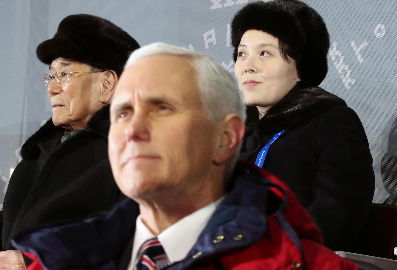 Phó tổng thống Mỹ Mike Pence trên khán đài lễ khai mạc TVH Pyeongchang ngày 09/02/2018. Phía sau là Kim Yo Jong, em gái lãnh đạo Kim Jong Un và Kim Young Nam, chủ tịch trên danh nghĩa của Bắc Triều Tiên.
