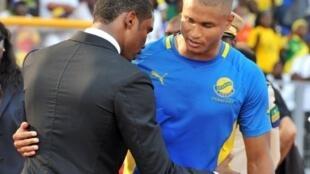 Daniel Cousin avec Samuel Eto'o avant Gabon-Niger.