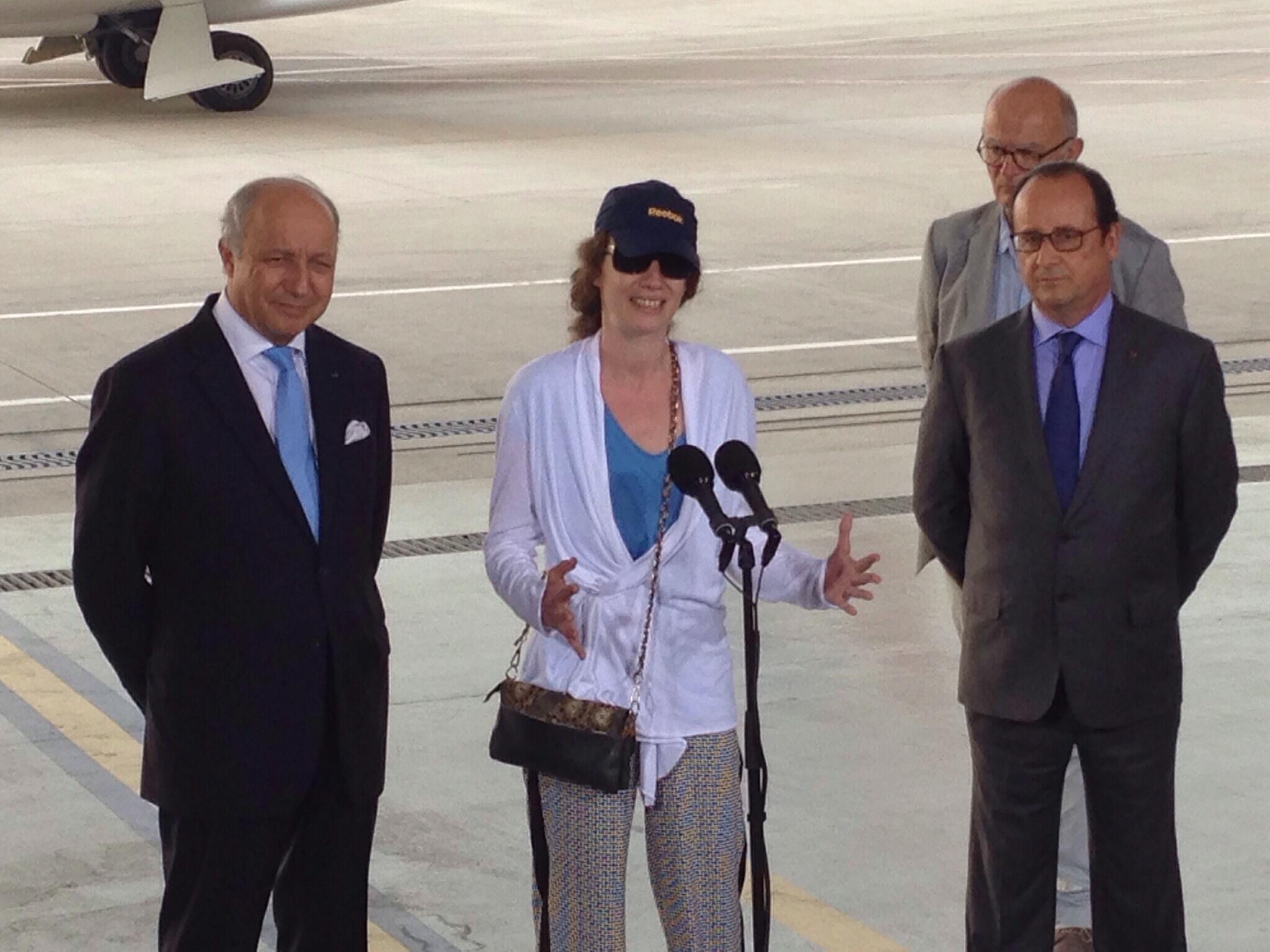 Isabelle Prime rodeada por el canciller francés Laurent Fabius y el presidente francés François Hollande, a su llegada en Francia el pasado 7 de agosto.