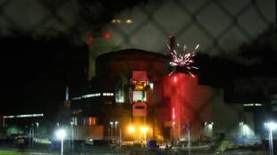 Активисты Greenpeace устроили фейерверк на атомной электростанции Каттеном в Мозеле, 12 октября 2017.