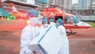 武汉协和医院医生2月1日接受直升机空降物资援助资料图片