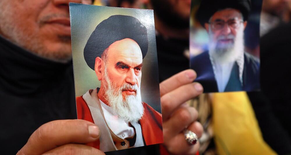 نشریۀ اقتصادی لهزهکو چاپ پاریس نوشته است که حکومت اسلامی تهران چهلمین سالگرد یک انقلاب فرسوده و از نفس افتاده را جشن می گیرد.