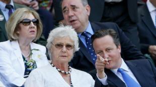 Primeiro-ministro britânico, David Cameron (d), com a mãe, Mary Cameron, em imagem de 2013.