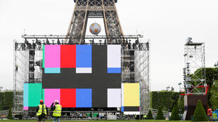 Workers install a giant screen at a fan zone near the Eiffel Tower before the start of the UEFA 2016 European Championship in Paris, France, June 3, 2016.