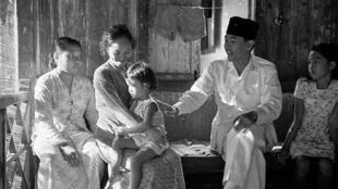 O presidente indonésio Ahmed Soekarno, em abril de 1949, agradecendo os moradores da Ilha de Banka, onde ele ficou detido pelas autoridades coloniais holandesas.