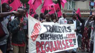 Environ 5 000 travailleurs sans-papiers sont en grève à travers la France.