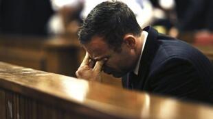 Oscar Pistorius en el momento de escuchar el veredicto de la jueza Thokozile Masipa, en Pretoria, el 12 de septiembre de 2014.