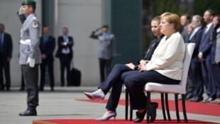 默克尔2019年7月16日全程坐在椅子上欢迎外宾