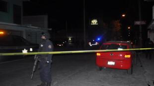 Perímetro de seguridad en cercanías del club nocturno 'La Playa', en Salamanca (Guanajuato) donde fueron asesinadas al menos 15 personas por hombres armados.