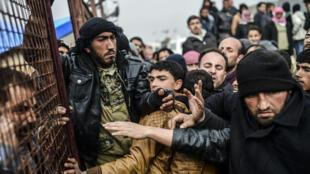 Le camp de Bab al-Salama, près de la frontière avec la Turquie, le 6 février 2016. Sur les 4,6 millions de migrants syriens recensés par les Nations unies, plus de la moitié d'entre eux  -2,7 millions- se trouve en Turquie.