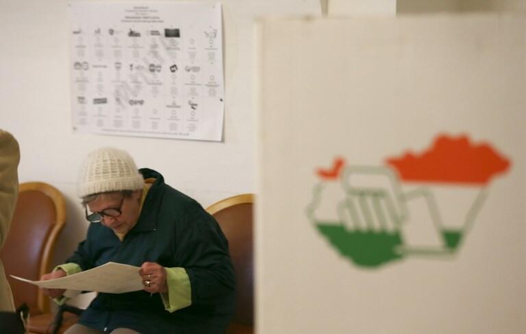 Uma eleitora húngara em uma sessão eleitoral na pereferia de Budapeste neste domingo, 8 de abril de 2018.
