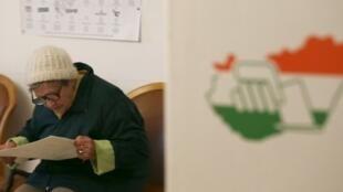 Une électrice dans un bureau de vote de Gyoengyoes, à 75 km de Budapest, le 8 avril 2018.