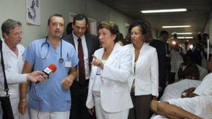 La ministre de la Santé, Roselyne Bachelot (c) et la ministre de l'Outre-mer, Marie-Luce Penchard (D) visitant le CHU de Fort-de-France en compagnie du docteur Yannick Brouste (g), le 28 août 2010.