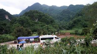 Ambulância deixa local onde foi organizado resgate dos meninos presos em uma caverna na Tailândia