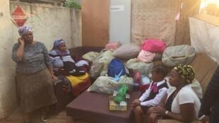 Sylvia et sa famille au milieu de leurs meubles, après leur expulsion, à Johannesburg.