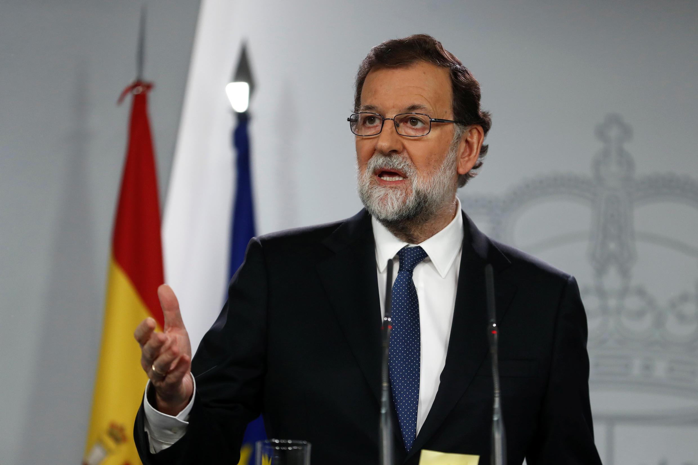 Waziri Mkuu Mariano Rajoy wakati wa hotuba yake baada ya kikao cha dharura cha Baraza la Mawaziri.
