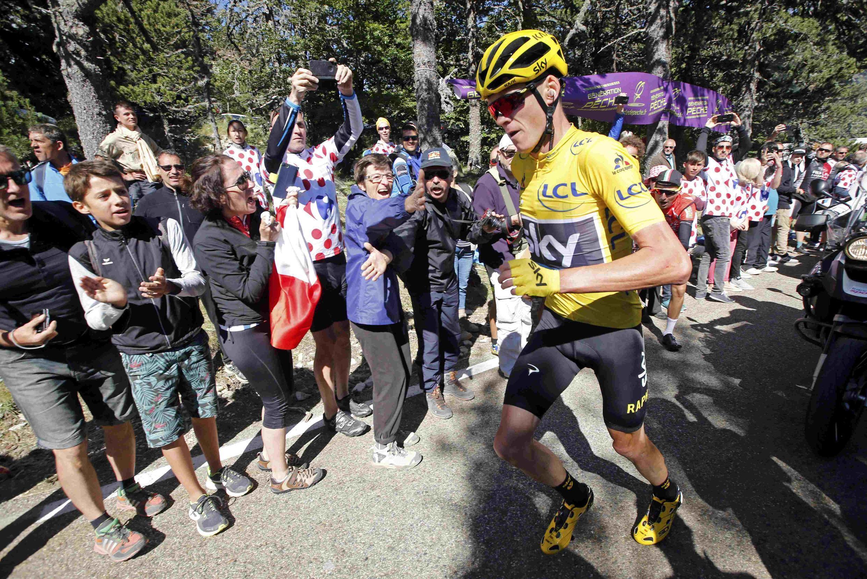 Christopher Froome obligé de courir pour ne pas perdre trop de temps dans le mont Ventoux, le 14 juillet.