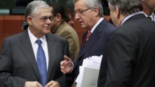 Reunión del Eurogrupo en Bruselas, este 20 de febrero: Jean-Claude Juncker, presidente del Eurogrupo, rodeado del premier griego, Lucas Papademos, y del ministro griego de Finanzas, Evangelos Venizelos.
