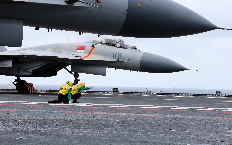Các máy bay chiến đấu J-15 trên hàng không mẫu hạm Liêu Ninh tham gia tập trận tại Biển Đông ngày 02/01/2017.