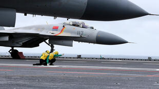 Chiến đấu cơ J-15 trên tàu sân bay Liêu Ninh tham gia tập trận tại một khu vực ở Biển Đông. Ảnh chụp ngày 02/01/2017.