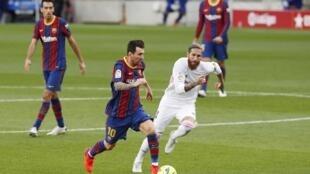 Sergio Ramos à la poursuite de Lionel Messi, ce 24 octobre 2020 à Barcelone.