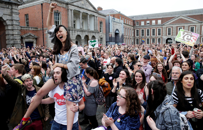 Tại thủ đô Dublin, Ailen, những người ủng hộ bỏ tu chánh án thứ 8 khỏi Hiến Pháp về cấm nạo phá thai đang ăn mừng chiến thắng sau cuộc trưng cầu dân ý ngày 25/05/2018.