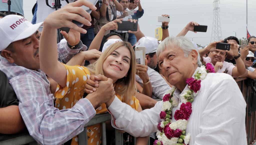 Andrés Manuel Lopez Obrador វ័យ៦៤ឆ្នាំ ជាអ្នកនយោបាយបក្សឆ្វេងនិយម និងប្រឆាំងនឹងប្រព័ន្ធដឹកនាំរដ្ឋ ដោយចាត់ទុកថា ជារបប mafia ។