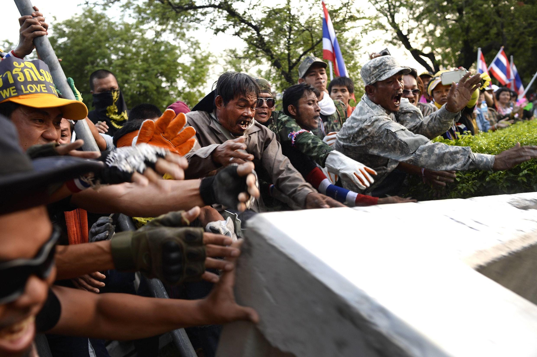 Los manifestantes intentaron saltar las barricadas que protegen la sede del gobierno y promete volver a intentarlo este domingo.