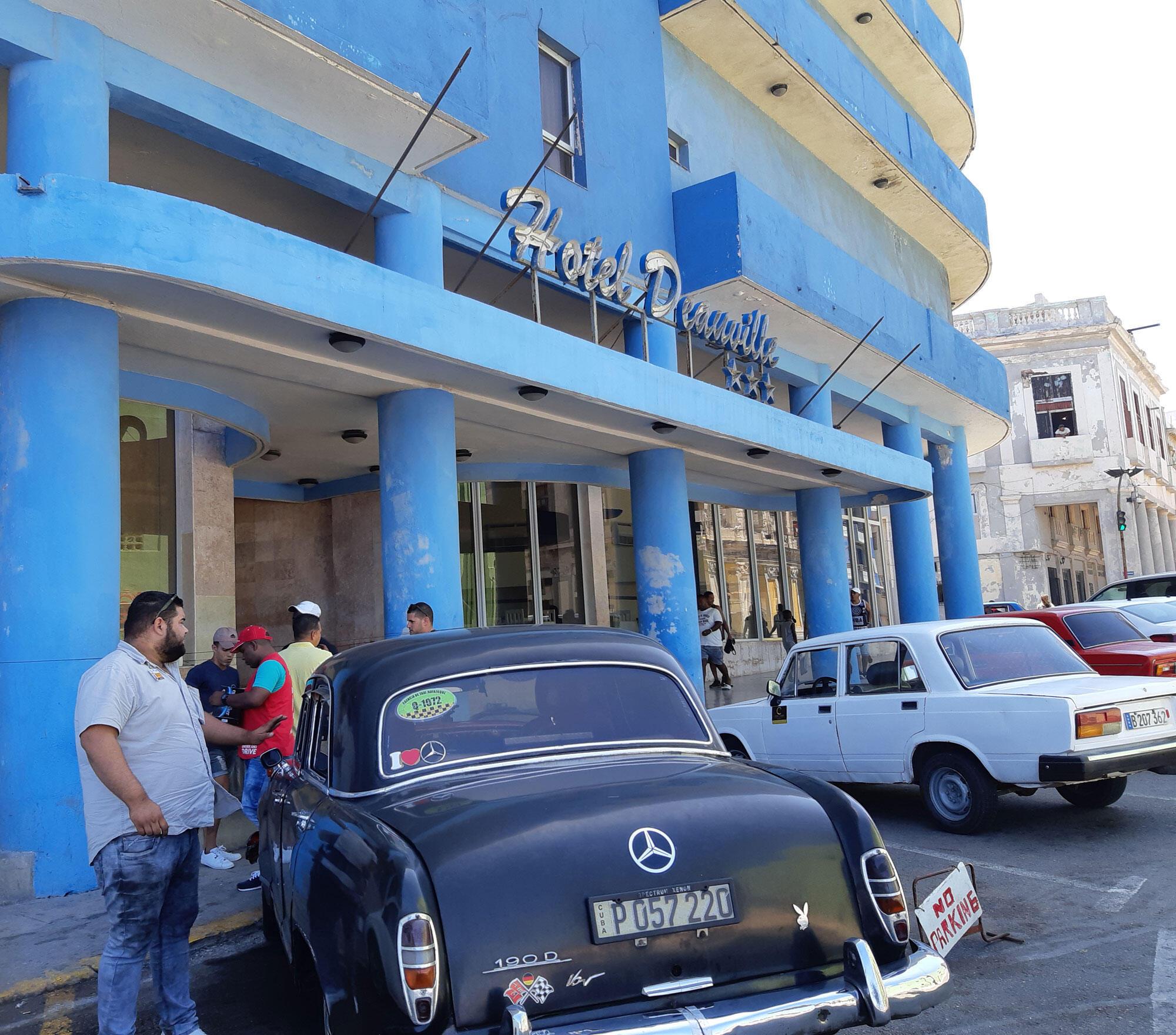 Les couleurs très kitschs de la façade de l'hôtel Deauville près du Malecón, dont on dit qu'il avait été construit par la mafia.