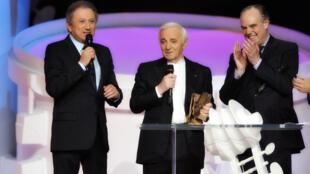 De g. à d. : l'animateur télé Michel Drucker, l'interprète et président de la cérémonie Charles Aznavour, et le ministre de la Culture Frédéric Mitterand.