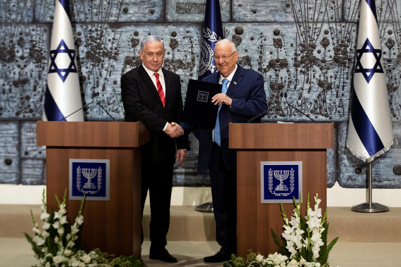 Rais wa Israeli Reuven Rivlin akisalimiana na waziri mkuu wa Israeli Benjamin Netanyahu Ikulu, Jerusalem September 25, 2019.