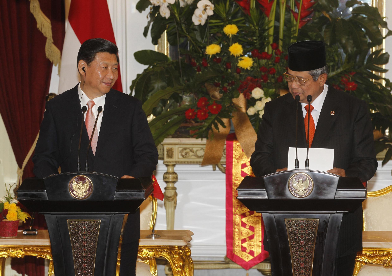 Chủ tịch Trung Quốc Tập Cận Bình ( trái) và Tổng thống Indonesia Susilo Bambang Yudhoyono tại cuộc họp báo chung tại Jakarta ngày 2/10/2013.
