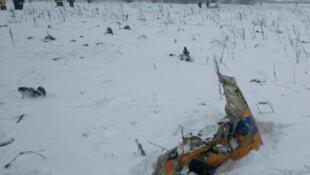Les débris de l'An-148 jonchent la campagne russe enneigée, ce 11 février 2018 autour de Moscou.