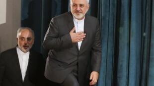 El canciller iraní Mohammad Javad Zarif (derecha) y el director de la Organización de Energía Atómica de Irán, Ali Akbar Salehi, en un encuentro sobre el asunto nuclear en Teherán, 9 de agosto de 2015.