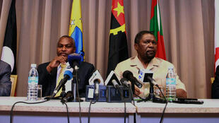 Isaias Samakuva (2e droite), leader de l'Unita, avec d'autres leaders politiques angolais, lors d'une conférence de presse le 3 septembre 2017.